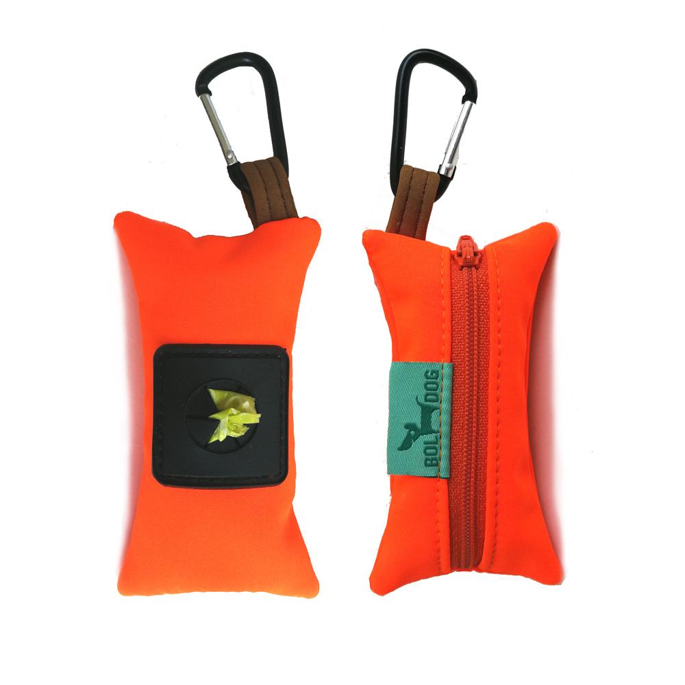 Narancssárga textíl kutyapiszok-zacskó tartó.